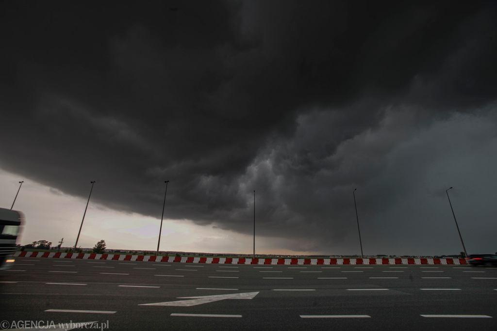 Chmura burzowa z wałem szkwałowym