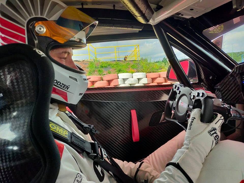 Antoni Chodzeń w kokpicie GR Supry GT4