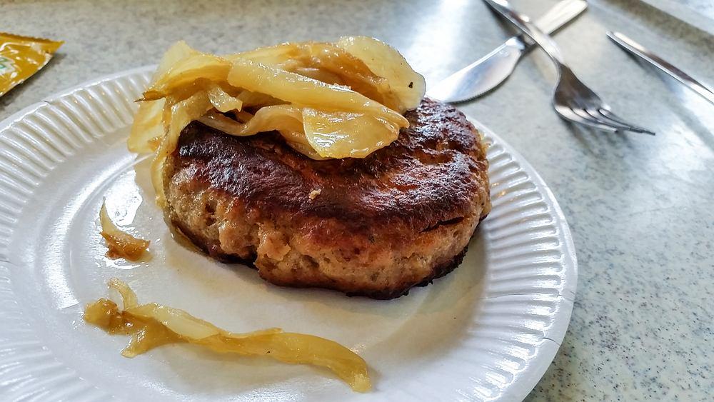 Bryzol podawany był z duszonymi pieczarkami i cebulką oraz ziemniakami (zdjęcie ilustracyjne)