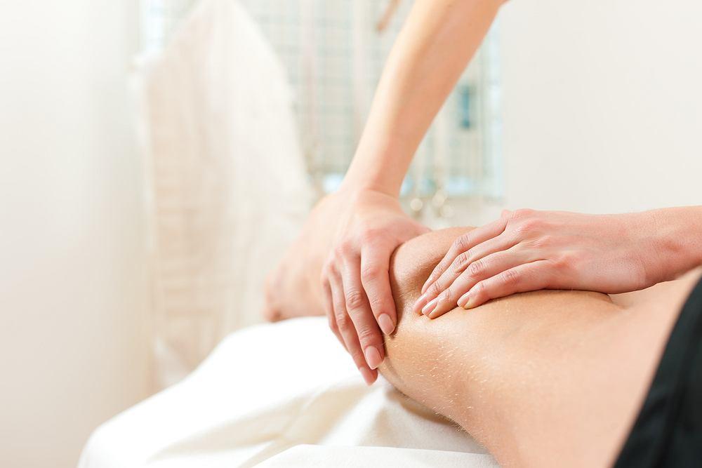 Drenaż limfatyczny jest zaliczany do zabiegów terapeutycznych wykonywanych ręcznie przez wykwalifikowanego masażystę lub specjalną maszynę przeznaczoną do tego celu