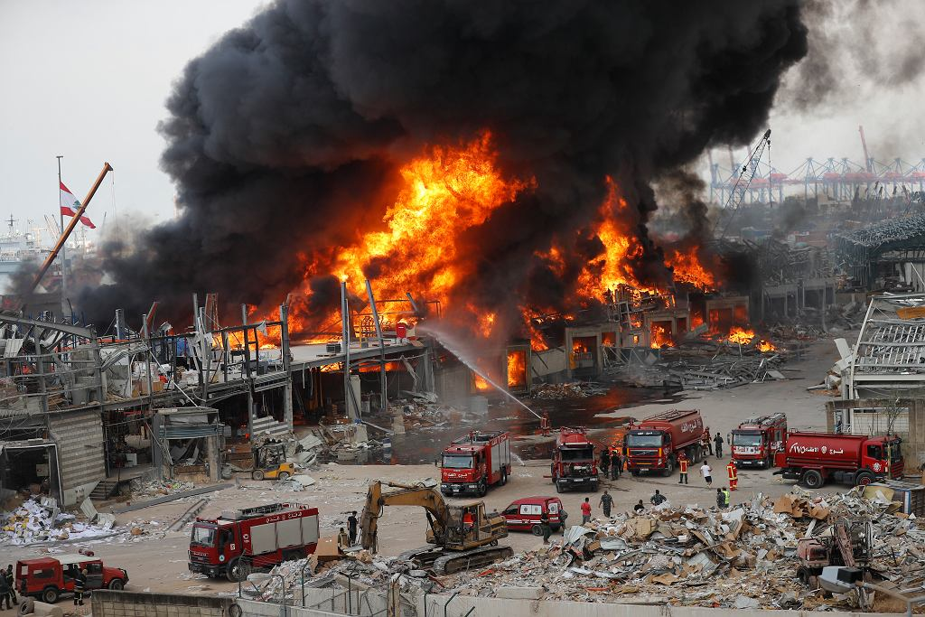10.09.2020 Bejrut. Straż pożarna gasi pożar w porcie