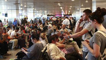 Pasażerowie oczekujący na opóźniony samolot