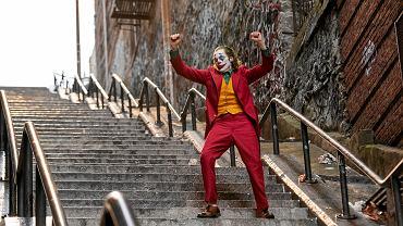 Program TV na niedzielę 15.11: premiera filmu 'Joker' (2019) z Oscarową rolą Joaquina Phoenixa.