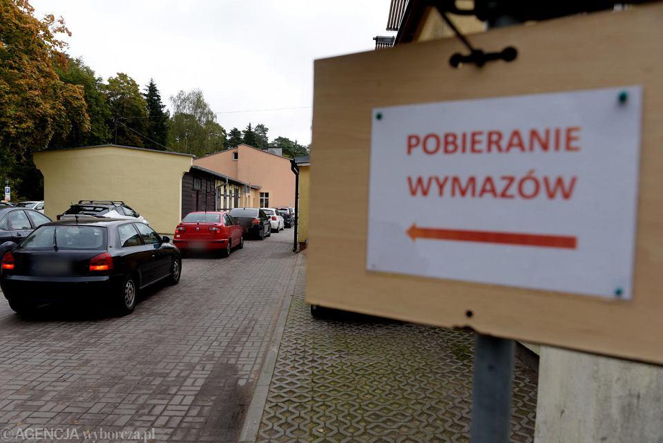 Kolejka samochodów do mobilnego punktu poboru wymazu do badania na obecność koronawirusa w Olsztynie