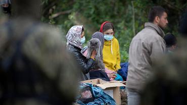 Uchodźcy w Afganistanu, w sumie 32 osoby, przetrzymywani w obozowisku w pobliżu Usnarza Górnego na granicy polsko-białoruskiej. Straż graniczna nie wpuszcza ich do Polski, białoruscy pogranicznicy nie pozwalają im wrócić na Białoruś. Usnarz Górny , 19 sierpnia 2021
