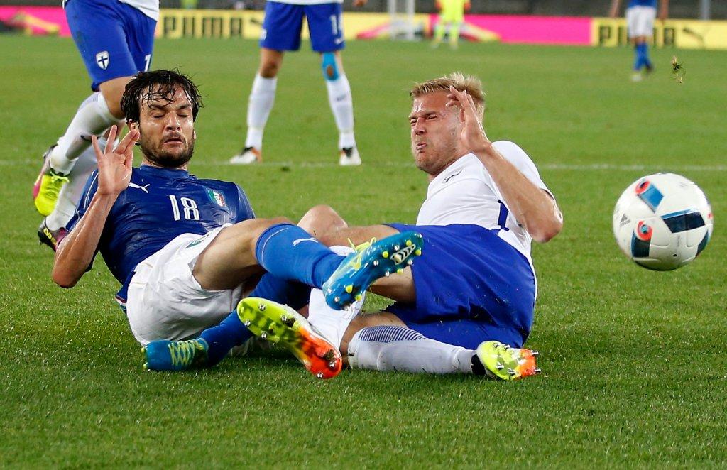 Paulus Arajuuri (z prawej) w towarzyskim meczu Finlandia - Włochy