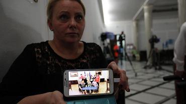 3.05.2018, Sejm, Iwona Hartwich pokazuje zdjęcie ze spotkania protestujących rodziców dorosłych niepełnosprawnych z prezydentową Agatą Kornhauser-Dudą.