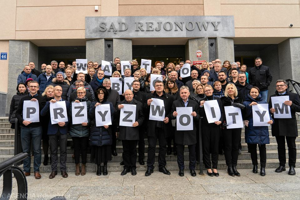 Wspólna fotografia olsztyńskich sędziów w obronie szykanowanego sędziego Pawła Juszczyszyna