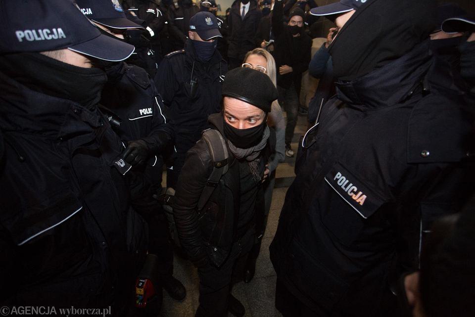 Strajk Kobiet. Kolejna blokada Warszawy, protest pod komisariatem policji przy Wilczej. Uczestnicy oczekiwali na zatrzymaną fotoreporterkę Agatę Grzybowską