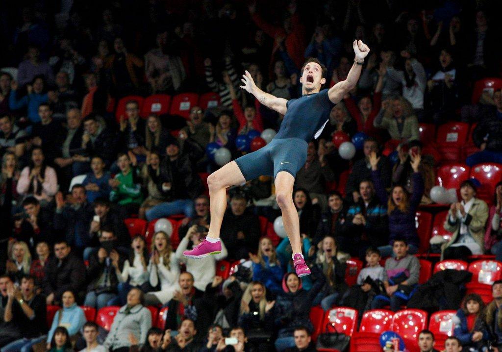 Francuz Renaud Lavillenie właśnie ustanowił w Doniecku halowy rekord świata w skoku o tyczce