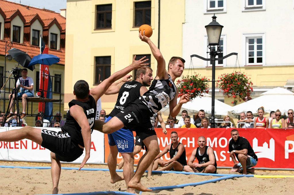 Turniej piłki ręcznej plażowej przed ratuszem