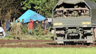 Grupa uchodźców koczujących na granicy. Sierpień, Usnarz Górny (zdjęcie ilustracyjne)