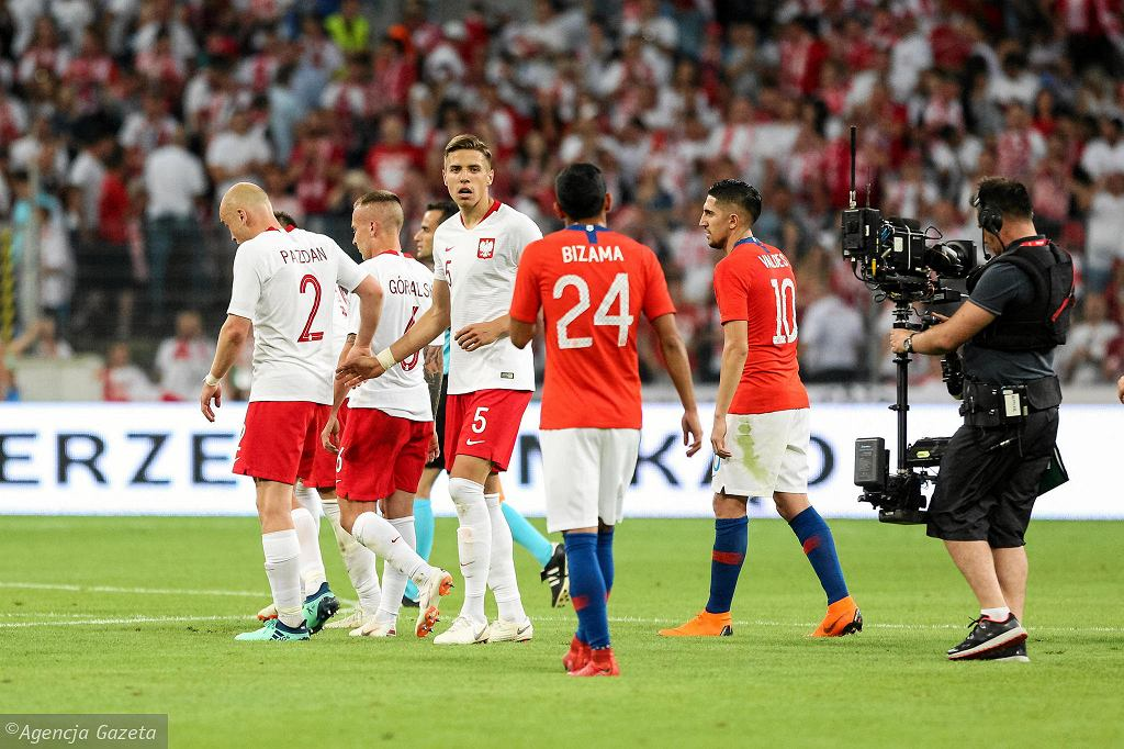 Polska - Chile 2:2 w Poznaniu. Obrońca Jan Bednarek (w środku) może być następcą Kamila Glika