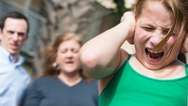 Psychologowie nie mają wątpliwości: z nieszczęśliwych dzieci wyrastają nieszczęśliwi dorośli  (fot. zdjęcie ilustracyjne - fot. Juanmonino / iStockphoto.com)