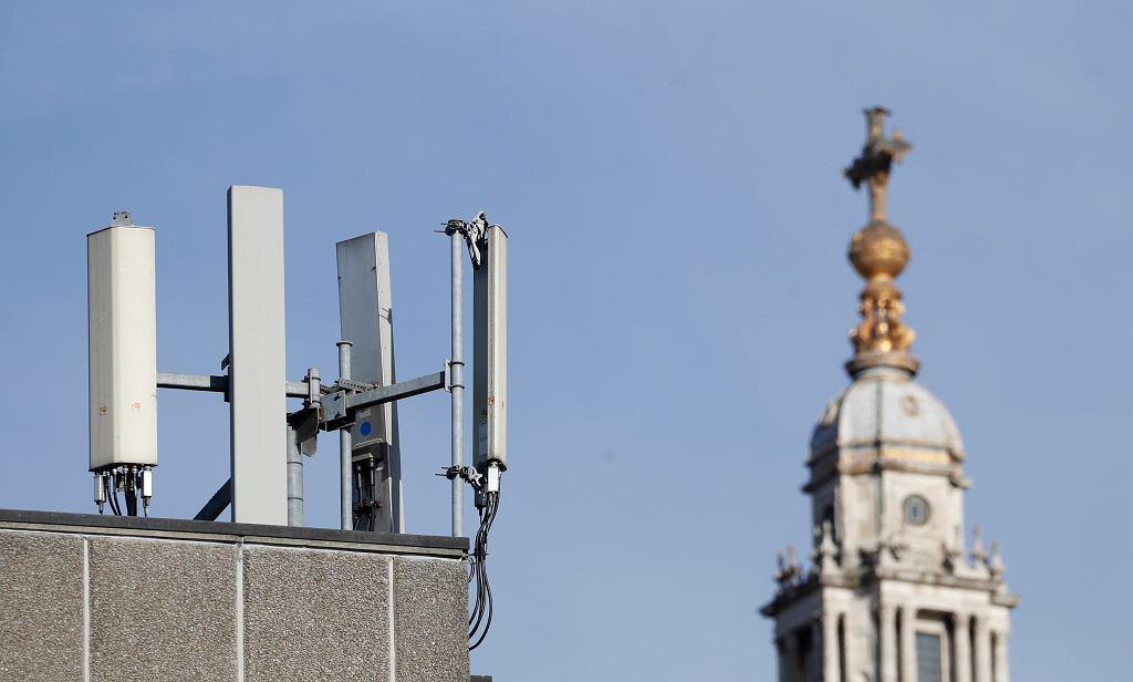 Maszt 5G obok katedry św. Pawła w Londynie