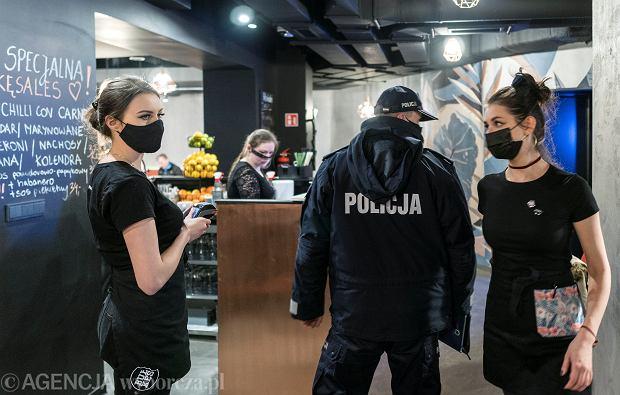 Policja zatrzymała właściciela nielegalnie otwartego klubu. To pierwsze zatrzymanie zbuntowanego przedsiębiorcy