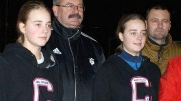 Julia i Wiktoria Zaloznyje z ojcem. Drugi z lewej Roman Jaszczak