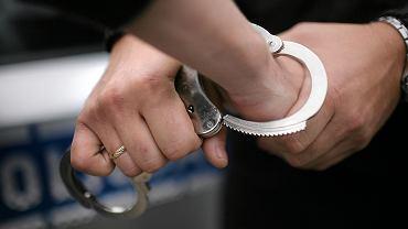 Przestępca zostal zatrzymany w kilka minut po włamaniu.