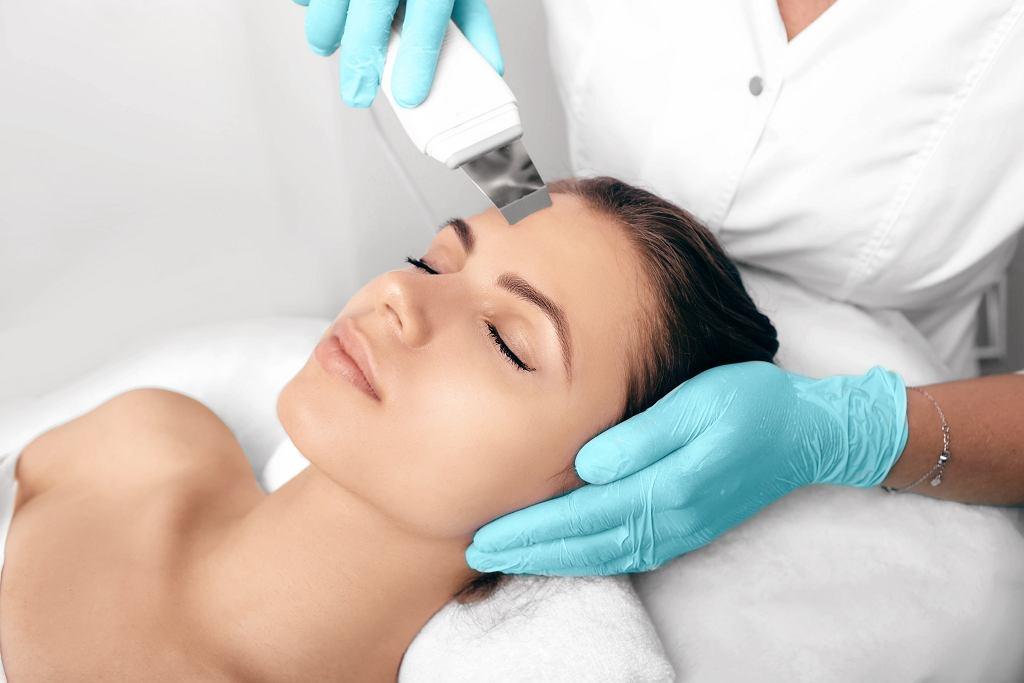 Peeling kawitacyjny jest mało inwazyjnym zabiegiem kosmetycznym. Zdjęcie ilustracyjne, Peakstock/shutterstock.com