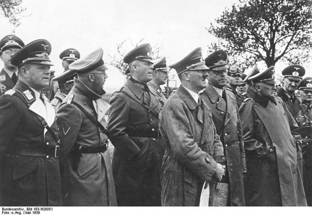 Heinrich Himmler (2. od lewej) i Adolf Hitler w maju 1939 r. (fot Bundesarchiv/Wikimedia Commons/public domain)