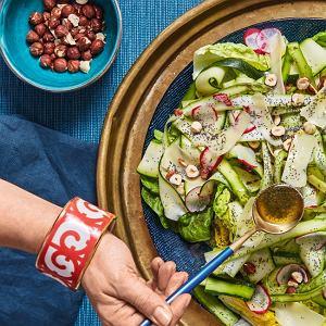 Sałatka zpieczonych szparagów, rzodkiewki, sałaty rzymskiej, orzechów laskowych iparmezanu