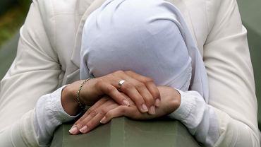 Bośniacka muzułmanka podczas zbiorowego pogrzebu w Srebrenicy, 11 lipca 2014 r.