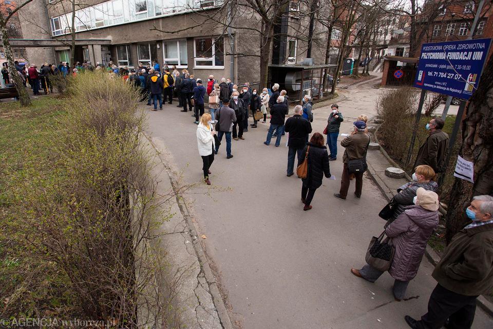 Tłum ludzi czeka w kolejce na szczepienia w Uniwersyteckim Szpitalu Klinicznym we Wrocławiu