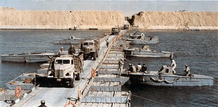 Egipskie wojsko przekraczające Kanał Sueski w pierwszej fazie wojny Jom Kippur. W użyciu radziecki most pontonowy. W tle widać wysoki wał z piasku wzniesiony podczas sześciu lat zawieszenia broni