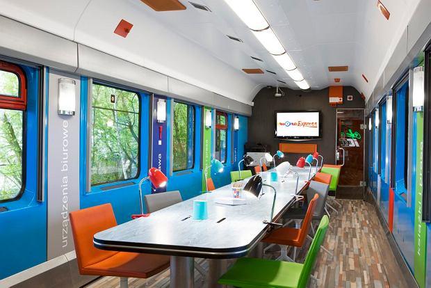 Banki wchodzą na tory. W wagonie  Intercity placówka bankowa połączona z przestrzenią do pracy dla menedżera w rozjazdach