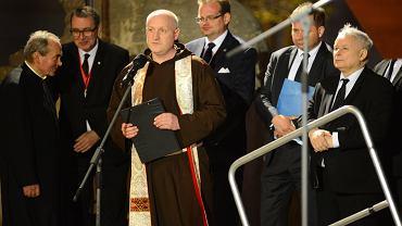 Ks. Stanisław Małkowski  podczas obchodów 8 . rocznicy katastrofy smoleńskiej przed Pałacem Prezydenckim