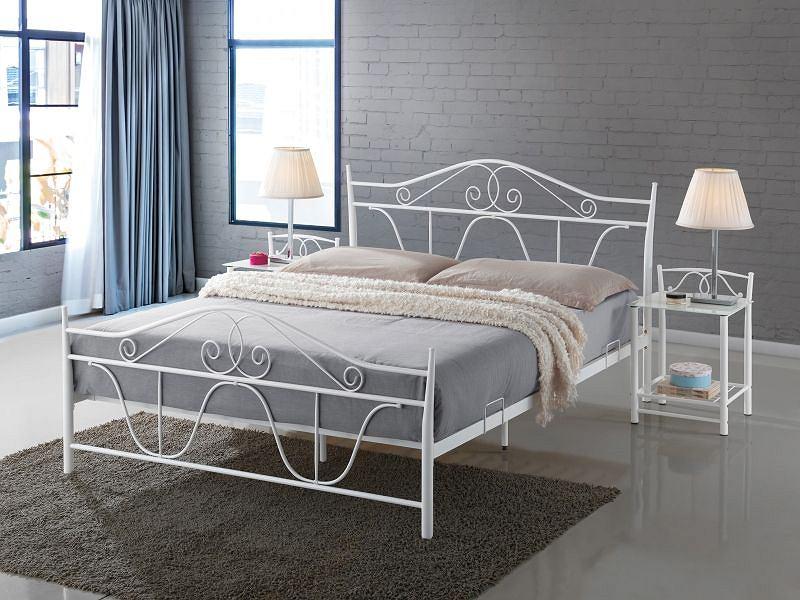 Łóżko metalowe w białym kolorze - subtelne ornamenty dodają uroku aranżacji w jasnych kolorach