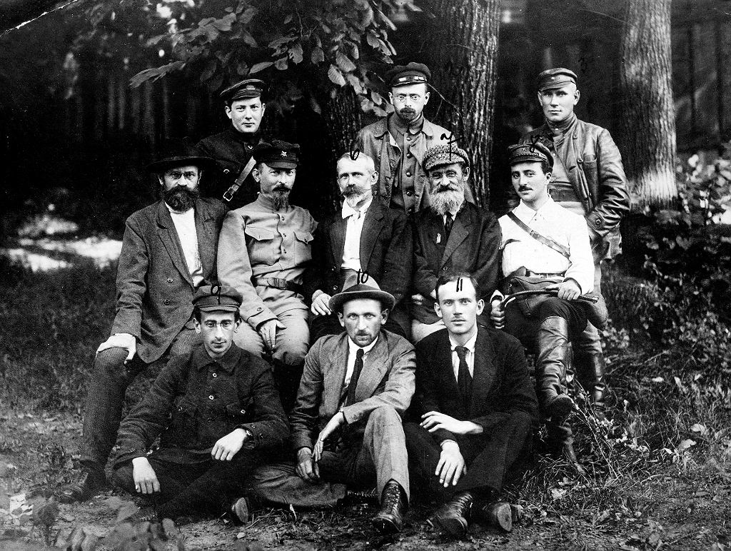 Członkowie Tymczasowego Komitetu Rewolucyjnego Polski, w centrum: Iwan Skworcow, Feliks Dzierżyński, Julian Marchlewski, Feliks Kon. Początek sierpnia 1920 r.