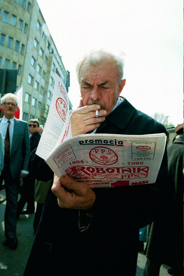 Mężczyzna z ulotka PPS Robotnik, 1995 rok.