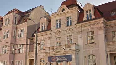 Atak na biuro poselskie PO w Poznaniu. Mężczyźni zerwali tablicę i krzyczeli 'Tusk powinien siedzieć'