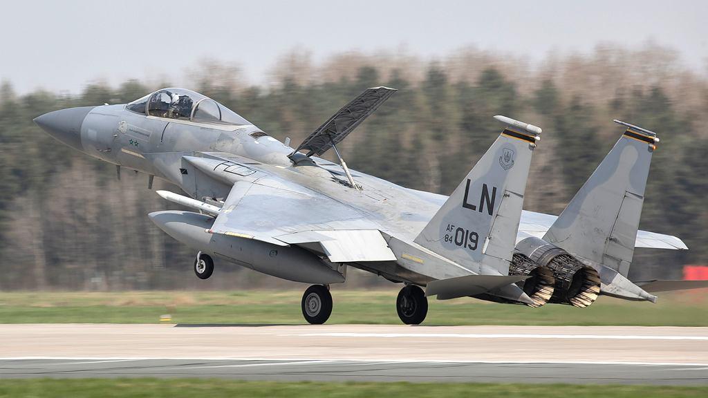 Lądujący F-15C. Na grzbiecie wysunięty hamulec aerodynamiczny