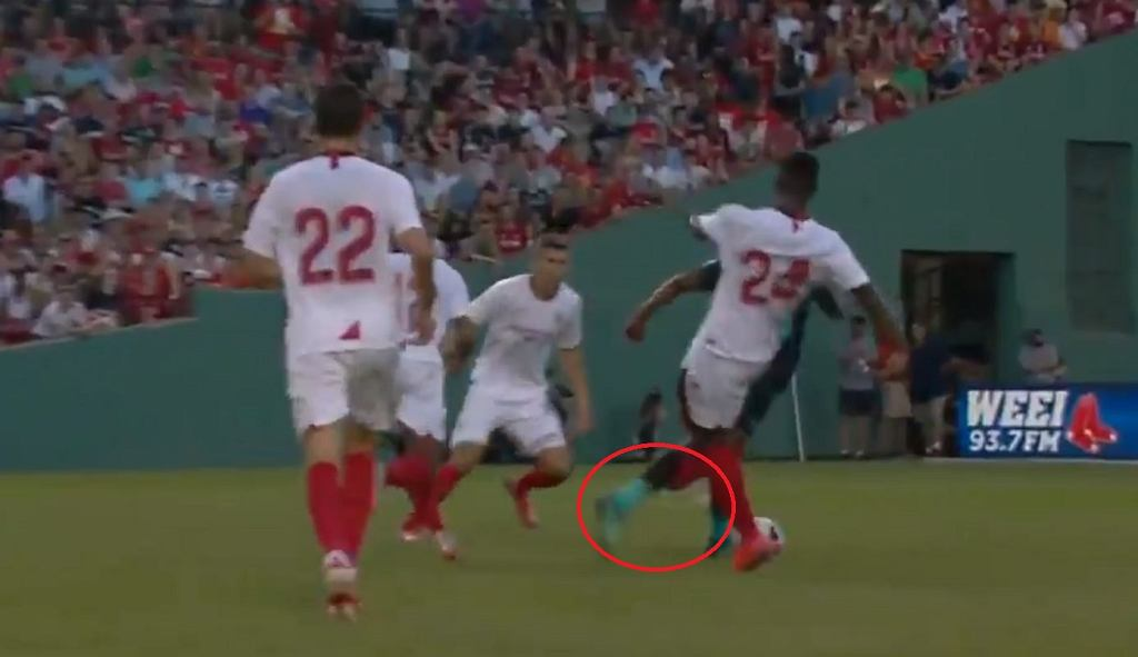 Liverpool - Sevilla. Brutalny faul Joris Gnagnona