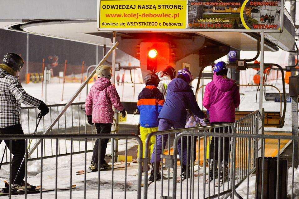 Dopiero w ostatnich dniach udało się na tyle naśnieżyć trasy, by ośrodek narciarski na Dębowcu mógł zainaugurować sezon. Tutaj wielu bielszczan spędza po pracy czas na nartach, chętnych do szusowania nie brakuje. Ośrodek czynny jest codziennie w godzinach od 9 do 21, tylko w poniedziałki stok czynny jest później, bo od godziny 10. Ceny karnetów nie poszły w górę. Karnet dziesięcioprzejazdowy kosztuje 36 zł (normalny) i 30 zł (ulgowy), karnet dwugodzinny: 38 zł (normalny) i 32 zł (ulgowy). </p> Na Dębowcu leży pół metra śniegu. Warunki są dobre.