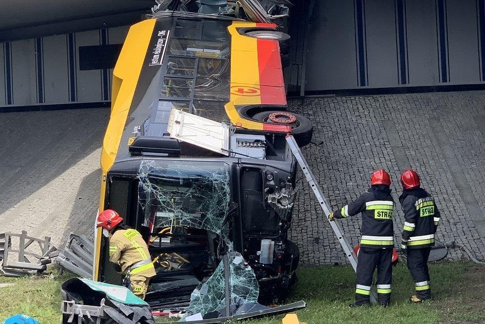Warszawa. Autobus spadł z wiaduktu na S8. Są nagrania z momentu wypadku