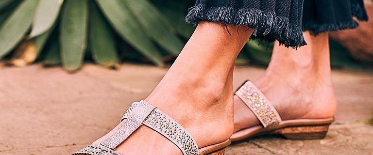 Kobiety po 50-tce uwielbiają buty tej marki. Są wygodne, przewiewne i łatwo dostępne - znajdziesz je w CCC