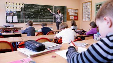 91 proc. badanych rodziców przyznało, że co miesiąc wydaje średnio 106 zł na tzw. wydatki drobne. Najwięcej - 77 proc. - na ksero oraz druk dodatkowych materiałów edukacyjnych