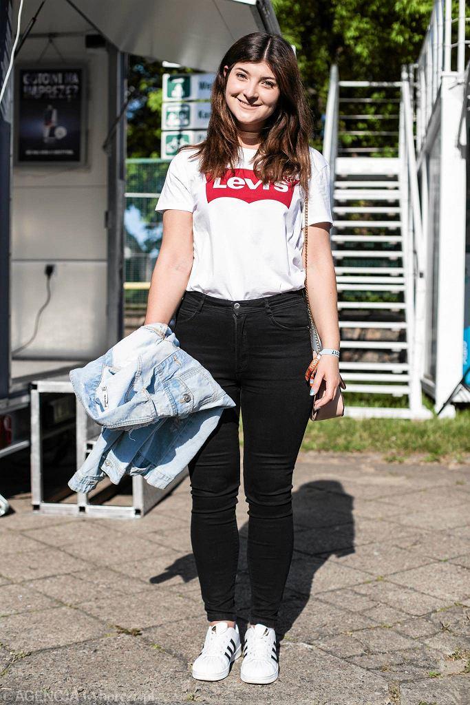 Ela w modnej koszulce Levisa / DAWID ŻUCHOWICZ