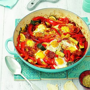 Szakszukę z jajkami możesz zapiec w mniejszych, np. glinianych miseczkach