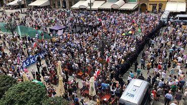 Prezydent Andrzej Duda odwiedził Wrocław. Na Rynku zebrała się kontrmanifestacj