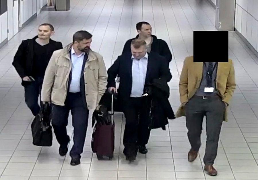 Oficerowie GRU po przylocie do Holandii. Klatka z nagrania wykonanego przez system monitoringu lotniska
