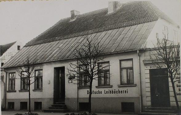 Zdjęcie kamienicy przy Kolegialnej 12 w Płocku z okresu II wojny światowej