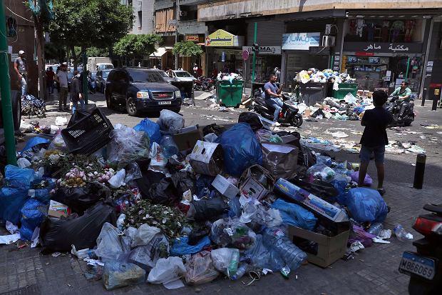 Liban. Stosy śmieci na ulicy Bejrutu.