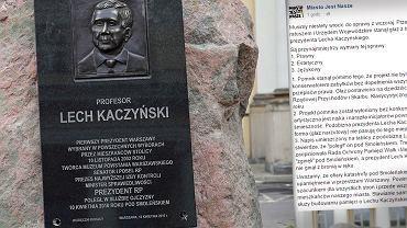 Na placu Bankowym stanął głaz z tablicą upamiętniającą prezydenta Lecha Kaczyńskiego.