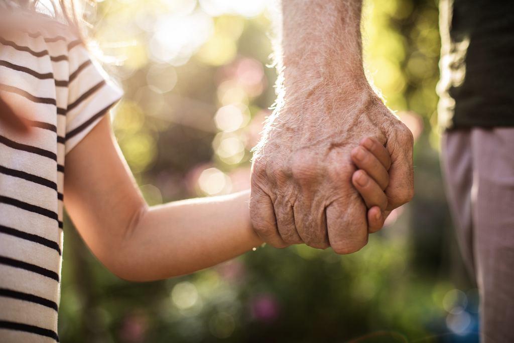 Dojrzały wiek rodzica to wada czy zaleta? 'Powiedziała moim rodzicom, że mają śliczną wnuczkę'