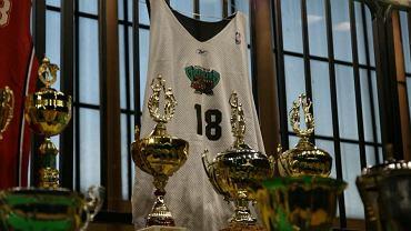 Treningowa koszulka Cezarego Trybańskiego z Memphis. Zanim trafił do NBA, środkowy grał w Pruszkowie