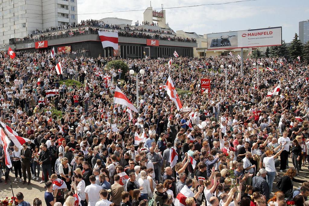 Mińsk: tysiące ludzi na miejscu śmierci pierwszej ofiary starć z OMON
